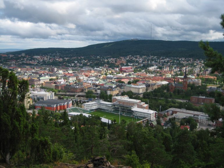 Sundsvalls stadskärna sedd från Norra Stadsberget. Källa: Wikimedia Commons  (CC BY-SA 3.0).